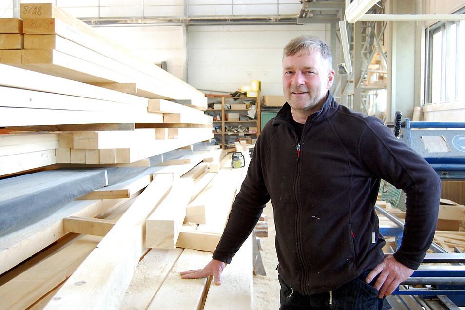 Olaf Körner von der Holzbau Hoyerswerda GmbH registriert die steigenden Bauholzpreise zwar mit einem Stirnrunzeln. Er selbst hat sein großes Lager aber so gut gefüllt, dass er seine Preise noch recht stabil halten kann.