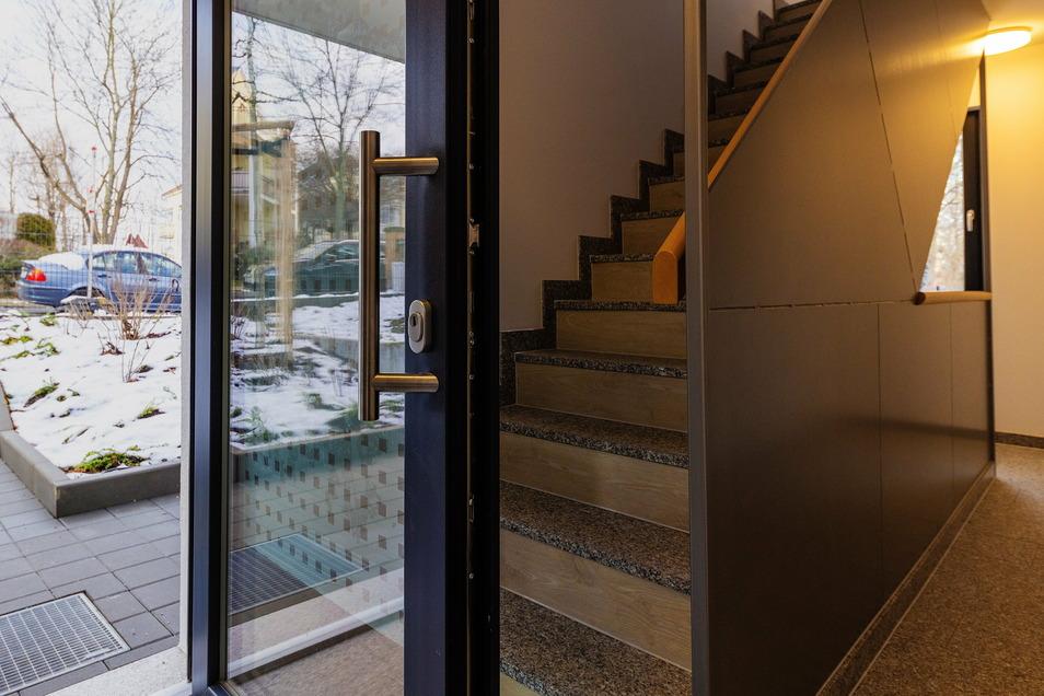 Die Haustür öffnet direkt zur Hausflurtreppe hin und versperrt den Fluchtweg - die Wohnungskäufer sehen darin einen von rund 60 Baumängeln.