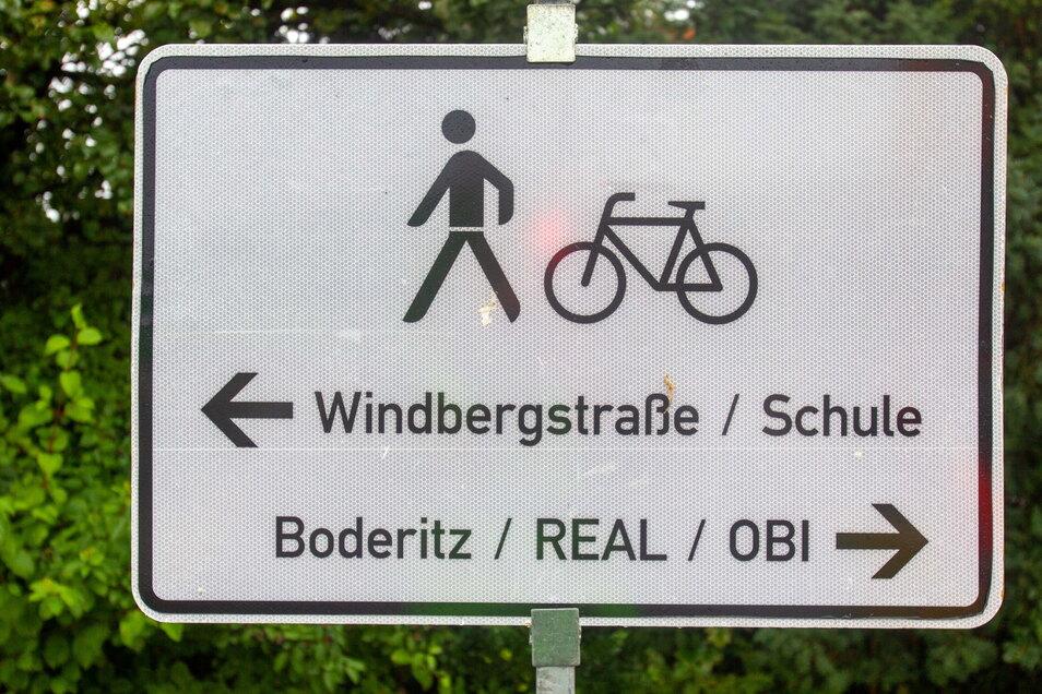Nach der Bitte von Anwohnern haben Bauleute dieses Schild am Fußgängerüberweg auf der B 170 nahe Obi und Real angebracht.