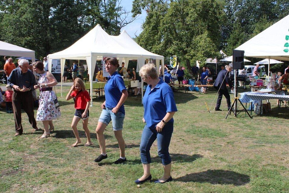 Mitgliederdes Heimatvereins Leippe zeigten den Besuchern, wie Line-Dance getanzt wird.  Fotos: Silke Richter
