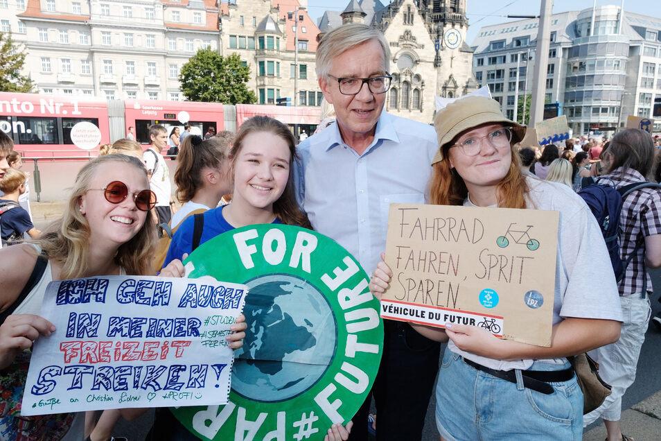 Dietmar Bartsch, Vorsitzender der Linksfraktion im Bundestag, mit Teilnehmern der Klimademonstration in Leipzig.