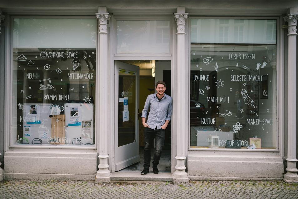 """Der Verein """"Löbau lebt"""" eröffnet am Sonnabend ein Lokallabor. Im Bild: 1. Vorsitzender René Seidel vor dem Gebäude des Vereins an der Bahnhofstraße."""