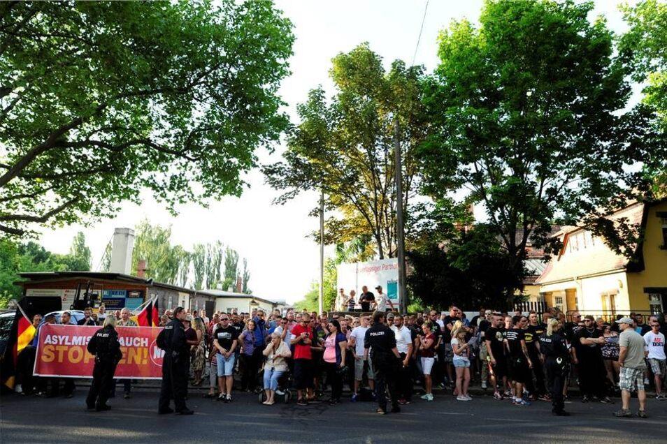 Blick auf die NPD-Anhänger, die sich an der Bremer Straße versammelt haben ...