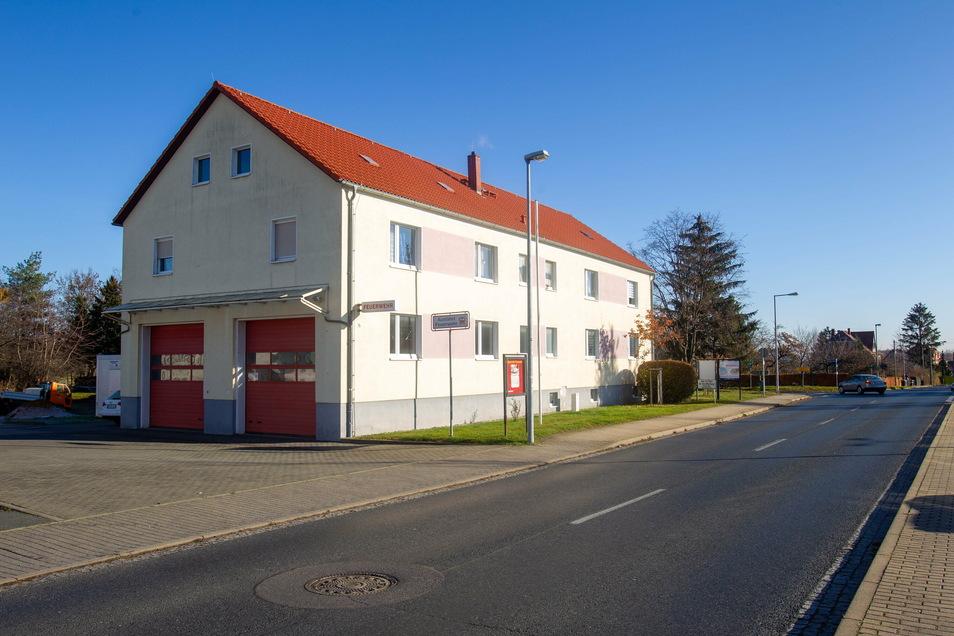 Das Bannewitzer Feuerwehrgerätehaus in Possendorf soll nun saniert werden. Aktuell sind noch keine Baumaßnahmen auf dem Areal sichtbar.