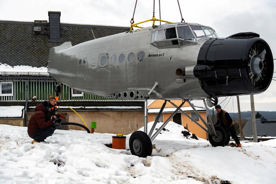 Landung gelungen. Der Flieger steht nun an seinem neuen Standort, Obere Dorfstraße 1 in Altendorf.