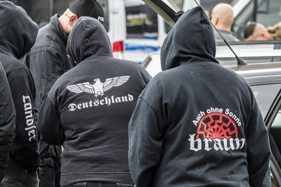 """Teilnahmer des Rechtsrock Festivals """"Schild und Schwert"""" in Ostritz werden von Polizisten kontrolliert."""