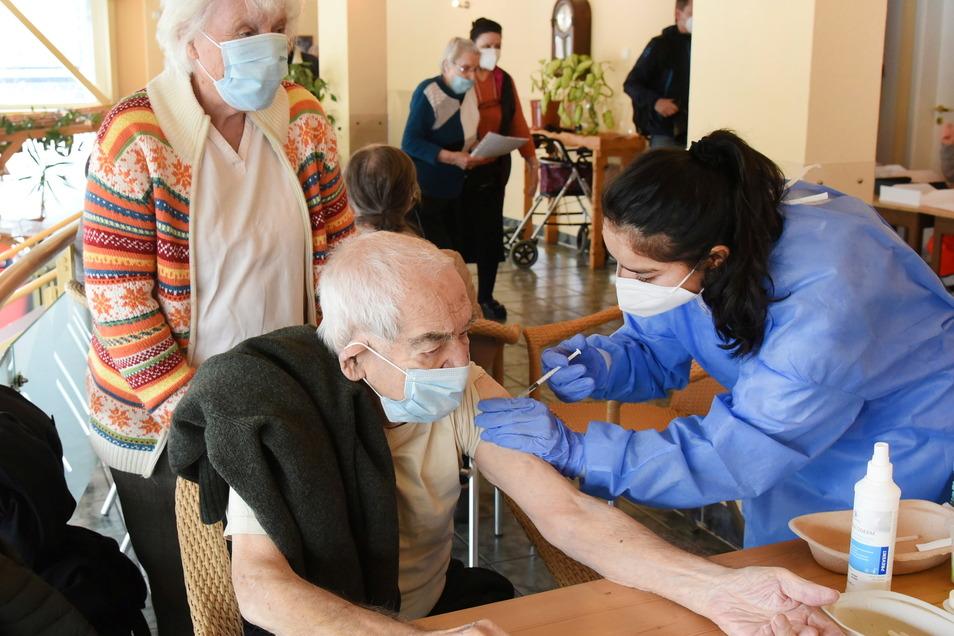 Der 93-jährige Heinz Frieß erhält im längsten Plattenbau Deutschlands, im Südosten Leipzigs, seine Coronaschutzimpfung.
