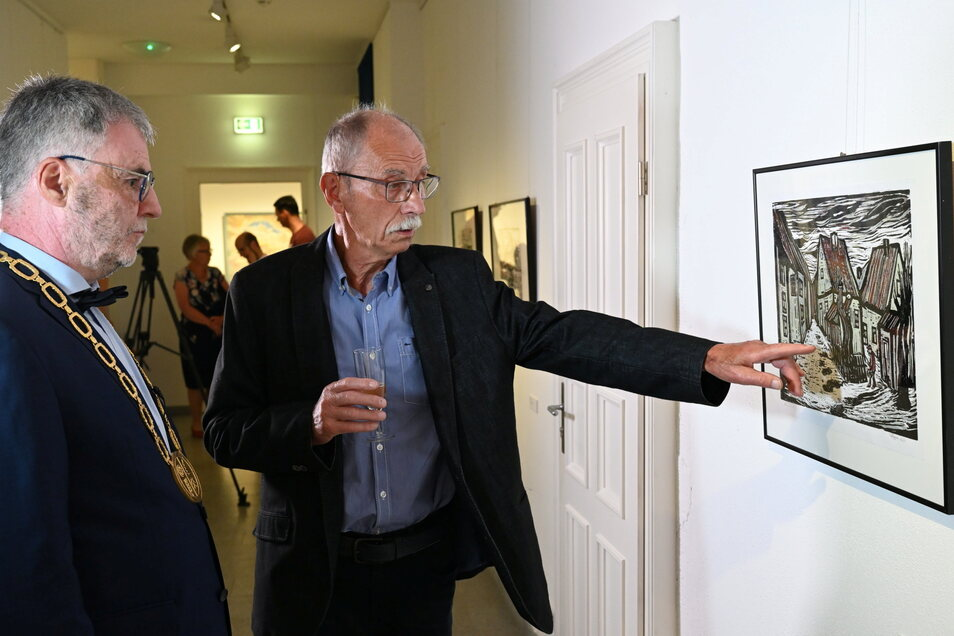 Horst Hoppe führt Uwe Rumberg durch seine Ausstellung.