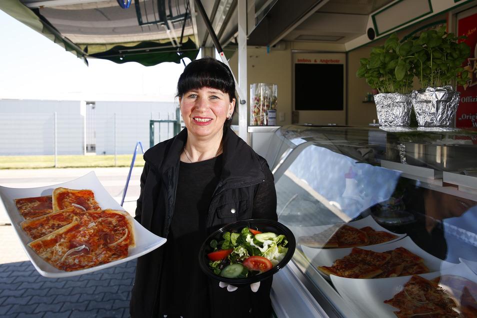 Not macht erfinderisch: Seit Donnerstag hat das La Piazza auch einen Verkaufsstand im Gewerbegebiet am Ochsenberg in Kamenz. Bei Kerstin Osmani bekommen die Kunden Pizza, Pasta und Salat zum Mitnehmen.