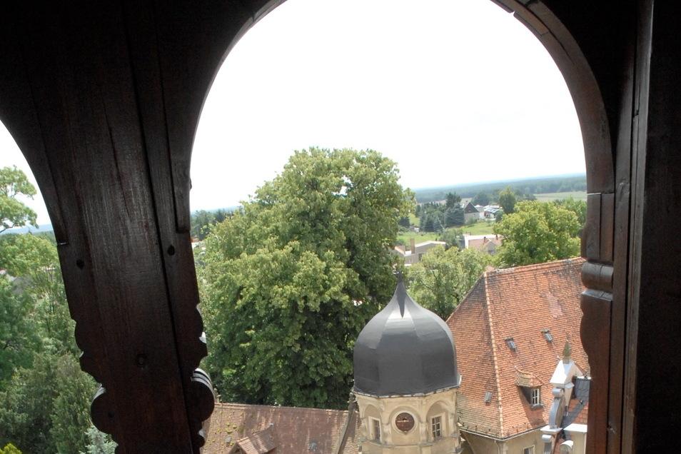 Blick auf das Kleine Schloss Schönfeld mit dem Turm der Wagenremise.
