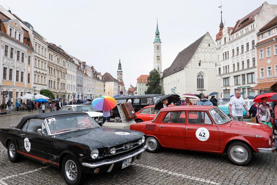Trotz Regen lockte die Oldtimer-Rallye Elbflorenz auch auf dem Obermarkt in Görlitz viele Besucher an.