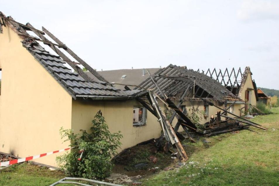 Der gemauerte Stall ist völlig zerstört. Zum Glück wurde ein Übergreifen des Brandes verhindert.