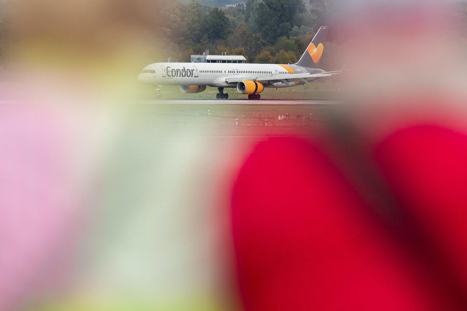 Eine Maschine der Fluggesellschaft Condor landet am Düsseldorfer Flughafen.