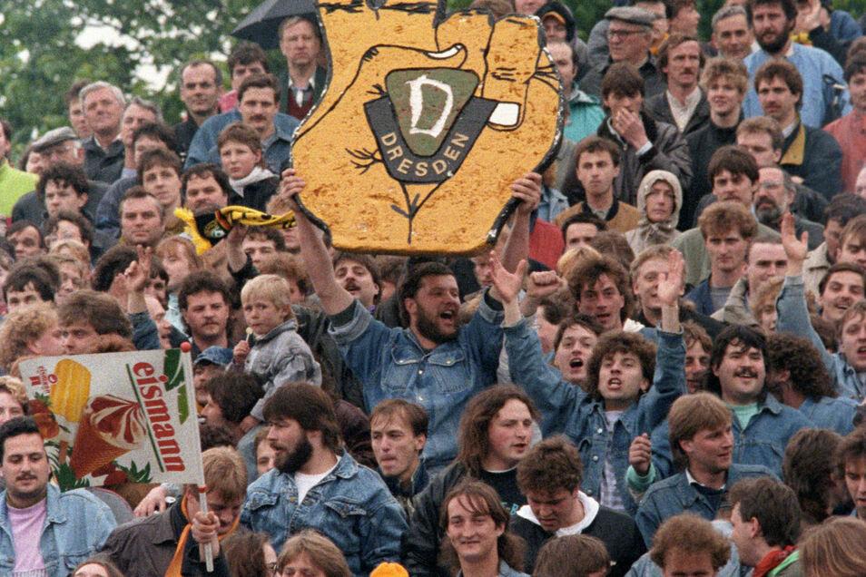 Fans feiern Dynamos Qualifikation für die Bundesliga.