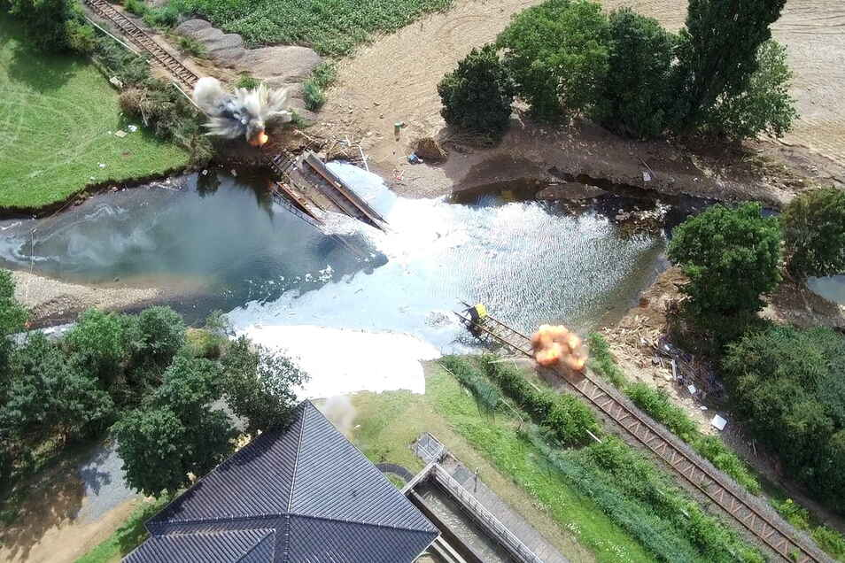 Auch eine Sprengung mussten die THW-Leute an einer zerstörten Eisenbahnbrücke im Flutgebiet vornehmen.