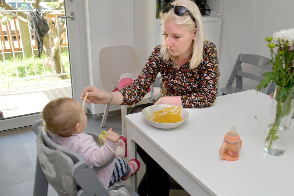 Mittag im Kinderhaus: Maria Wiedemann füttert die kleine Lisa.