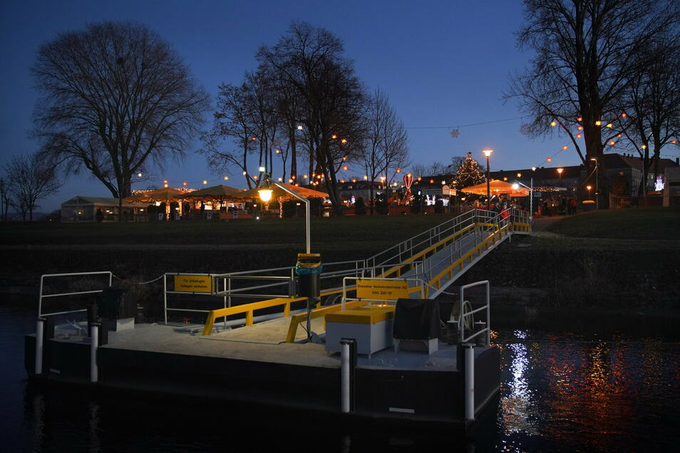 Der geschmückte Fährgarten von der Elbe aus. Hotspot ja, aber kein Corona-Hotspot - das wünscht sich Chef Jörg Bauermeister.