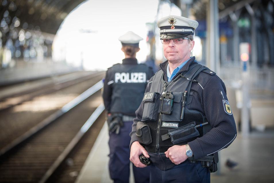 Künftig nur noch mit Kamera auf Streife: Kommissar Ronny Forke ist der erste Bundespolizist, der die Bodycam in Dresden an der Brusttasche seiner Uniform trägt.