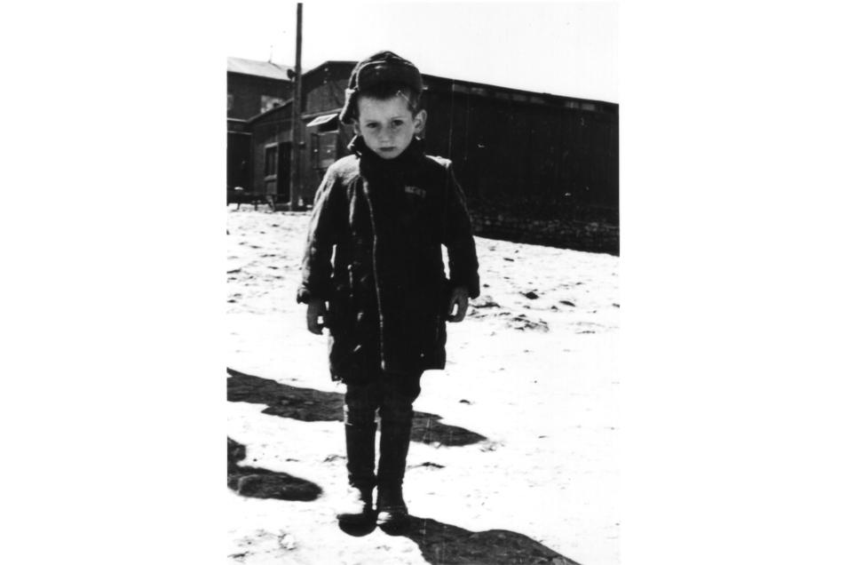 Die Aufnahme von Alfred Stüber zeigt einen drei Jahre alten Jungen aus Polen jüdischer Abkunft, dessen Eltern und vier Geschwister in Auschwitz liquidiert worden waren.