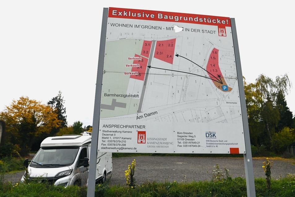 Die Bautafel am Bönischplatz in Kamenz ist längst nicht mehr aktuell und soll entfernt werden.