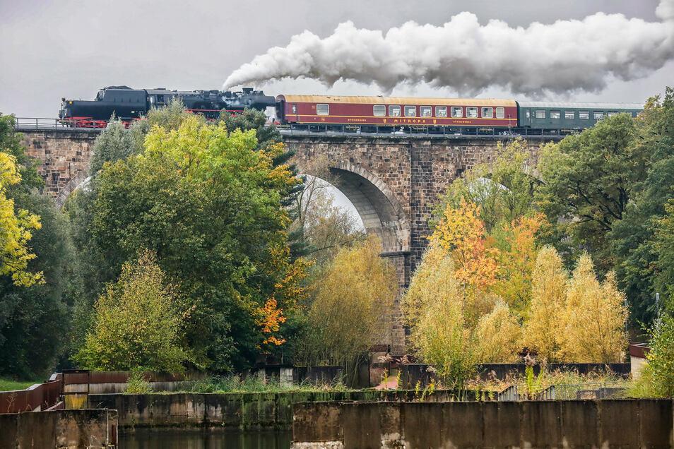 Die Dampflok 52 8141 der Ostsächsischen Eisenbahnfreunde quert auf den ersten Metern ihrer Willkommenstour durch die Oberlausitz das Löbauer Viadukt.