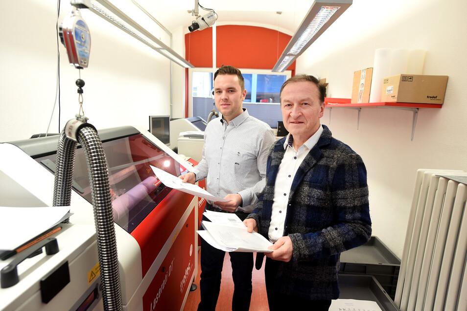 Marcus und Reinhart Keßner (r.) setzen für die Stempelproduktion auf modernste Laser-Technologie