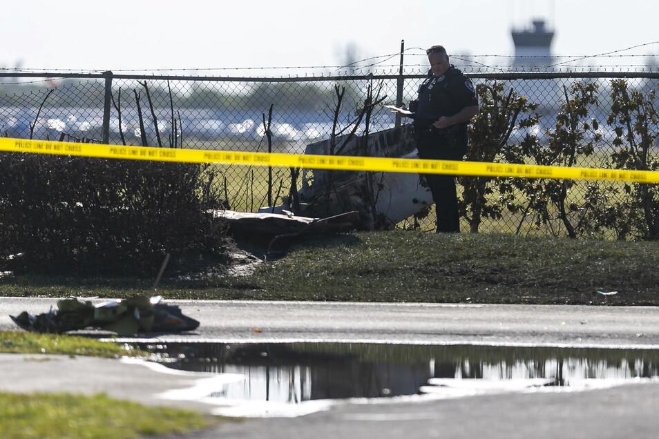Ersthelfer untersuchen die Trümmer an der Unglücksstelle in Florida.