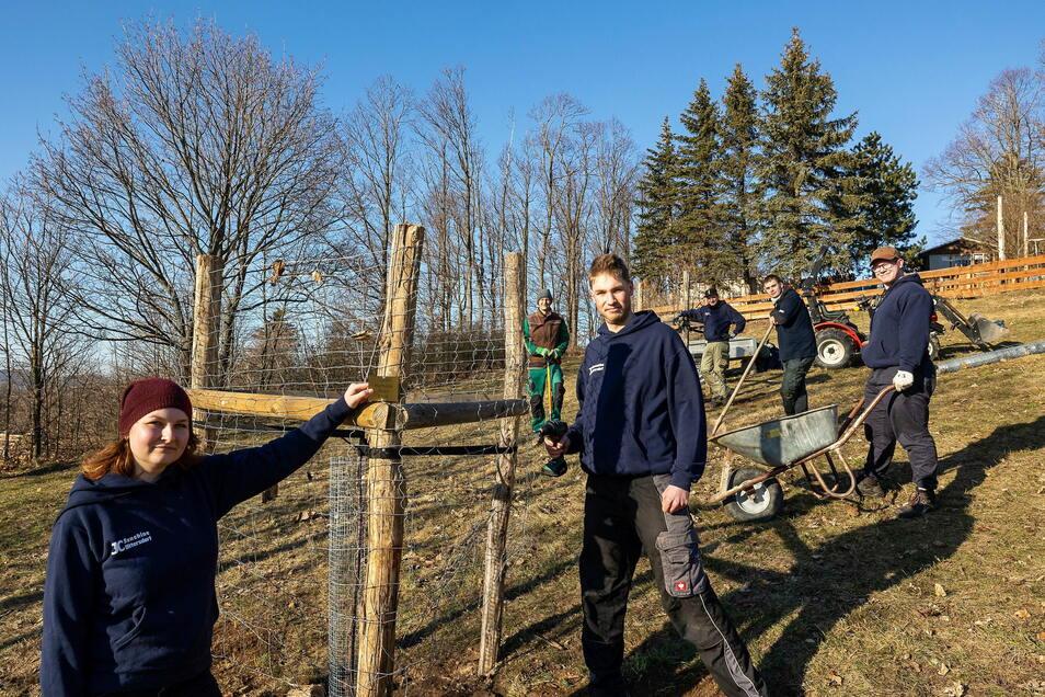 Der Jugendklub Sunshine pflanzte am Sonntag die ersten Bäume des neuen Generationenparkes. Organisiert wurde das vom Vorstand, zu dem Linda Wonneberger, Paul Herfurth und Eric Klotz (von links) gehören.