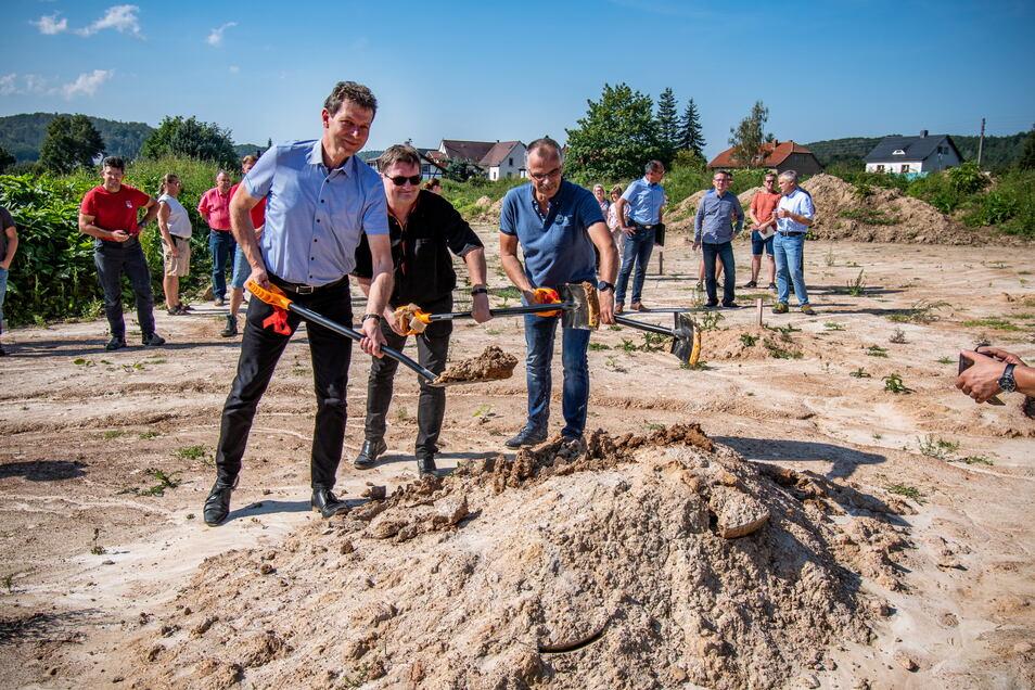 """Bürgermeister Jörg Burkert (parteilos, links), Investor Steffen Naumann-Delmare und Ulf Vetter von den Stadtwerken beim Spatenstich für den neuen Eigenheimstandort """"Am Kirschberg"""" in Westewitz."""