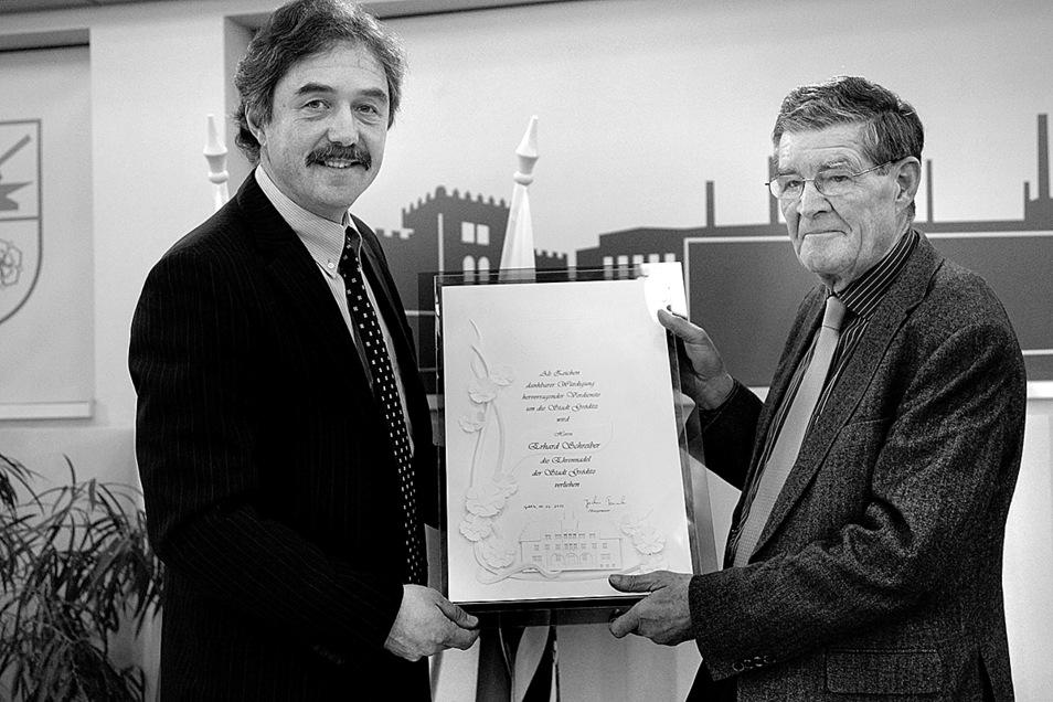 Im Februar 2012 bekam Erhard Schreiber (rechts) die Ehrennadel der Stadt Gröditz von Bürgermeister Jochen Reinicke (links) verliehen.