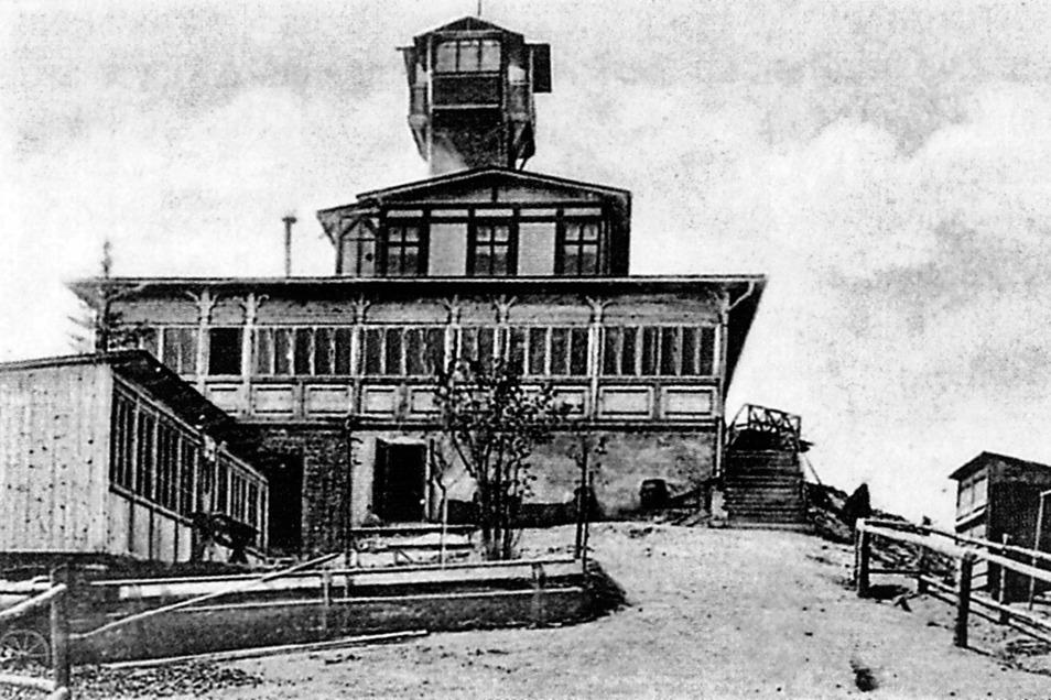 Ende November 1905 brannte das erste Restaurant auf dem Spitzberg bei Warnsdorf nieder. Dem Bau hatte Ende des 19. Jahrhunderts der Fürst von Liechtenstein zugestimmt, denn er war der Grundstücksbesitzer.