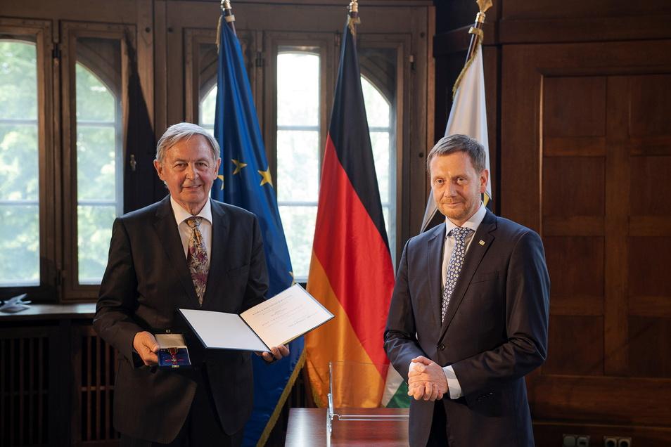 Ministerpräsident Michael Kretschmer übergab Rolf Weidle im Juni das Bundesverdienstkreuz.