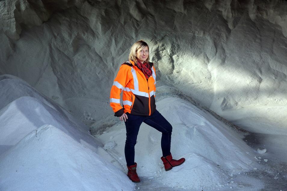 Autobahnmeisterin Yvonne Milster und ihr riesiger Streusalzberg. 200 bis 250 Tonnen davon werden an Wintertagen täglich auf die Autobahn gestreut. Jetzt hofft ihr Team, dass der Winter endlich vorbei ist.
