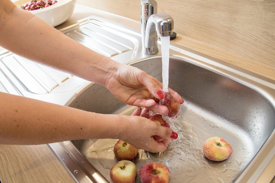 Darf man Obst unter laufendem Wasser abwaschen, oder ist das Wasserverschwendung?