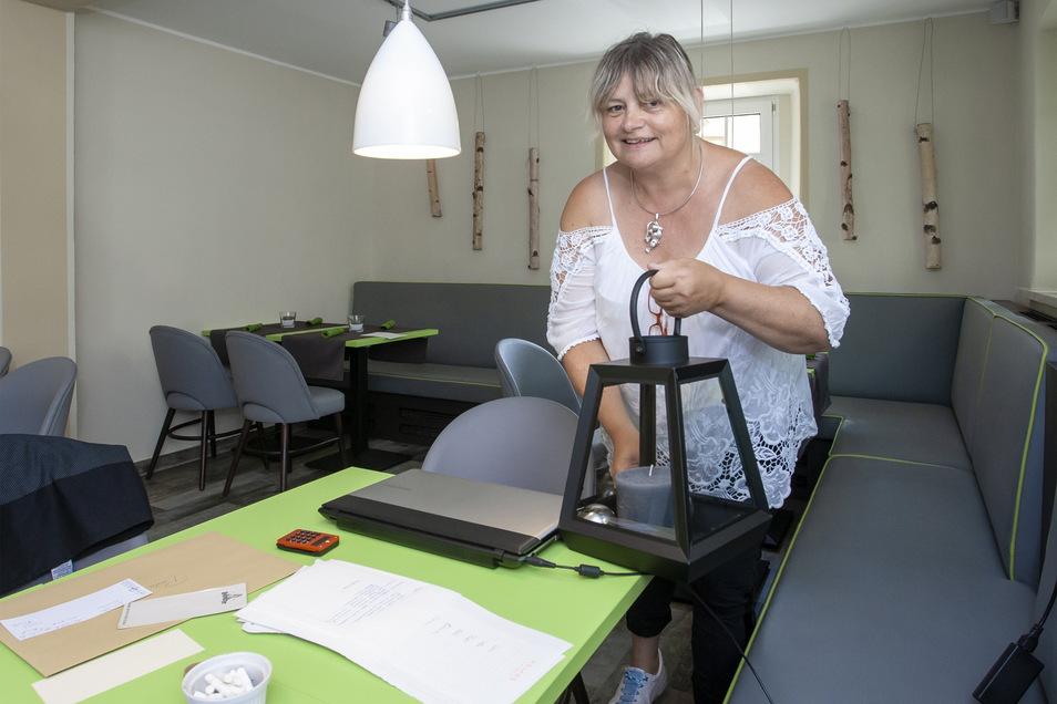 Sarahs Mutter Ramona Dietz hilft bei den letzten Vorbereitungen für die Eröffnung des Cafés.