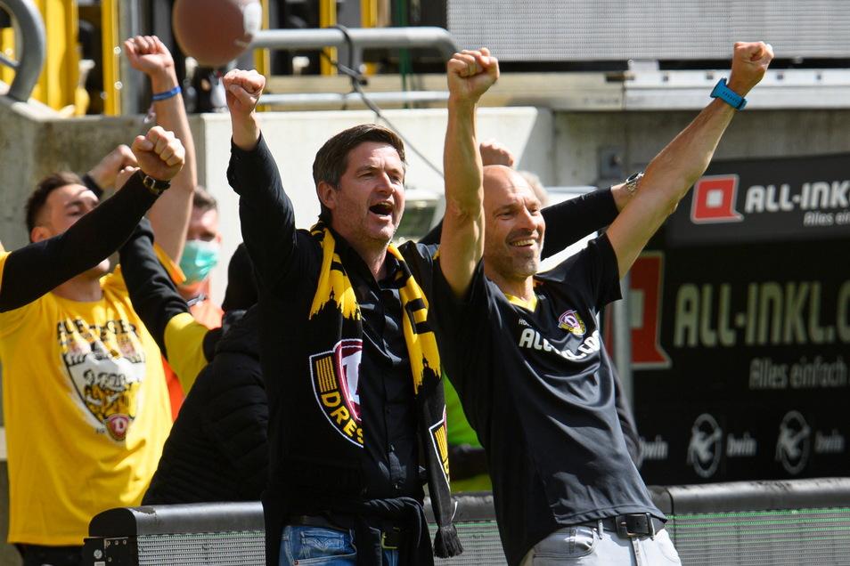 Ein Moment der Freude und Erleichterung: Dynamos Sportgeschäftsführer Ralf Becker (l.) und Trainer Alexander Schmidt feiern den Aufstieg - und reden jetzt über eine mögliche weitere Zusammenarbeit.