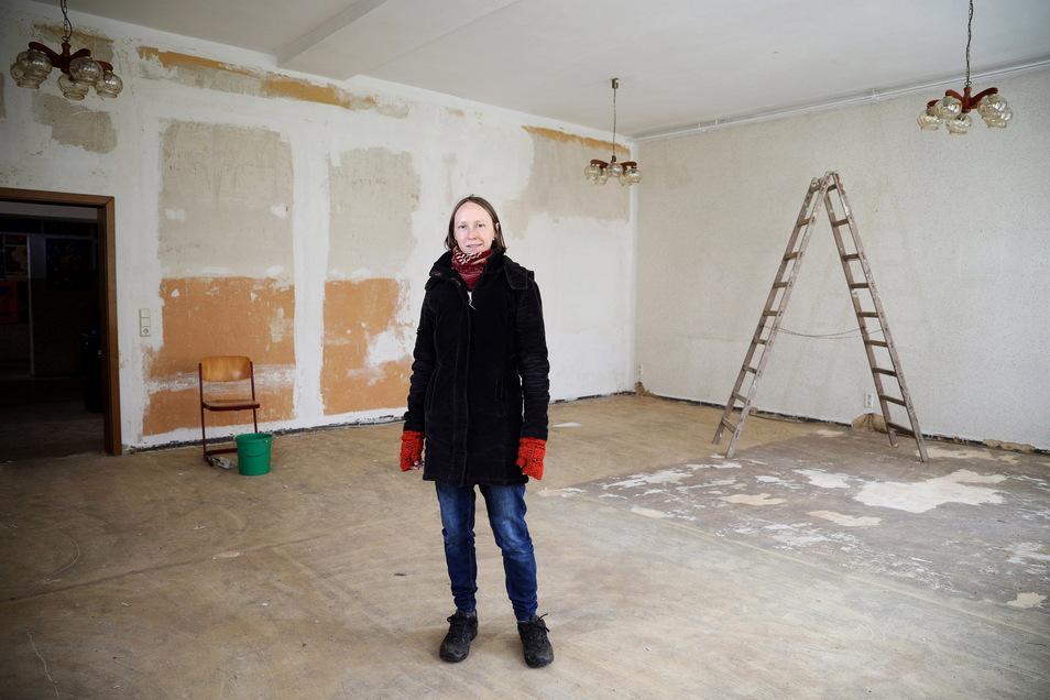 Soll wieder ein Klassenzimmer werden: Nadine Hauswald zeigt einen der Räume in der früheren Dorfschule Jahnishausen, wo ein Verein eine freie Grundschule einrichten will.