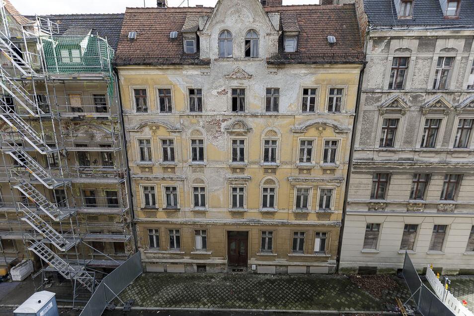 Das gelbe Haus in der Mitte droht einzustürzen: die Jauernicker Straße 31. Links die Nummer 30 wird derzeit gesichert. Beide gehören dem gleichen Eigentümer aus Berlin. Das Eckhaus Reichertstraße 8 (rechts) ist auch marode und leerstehend.