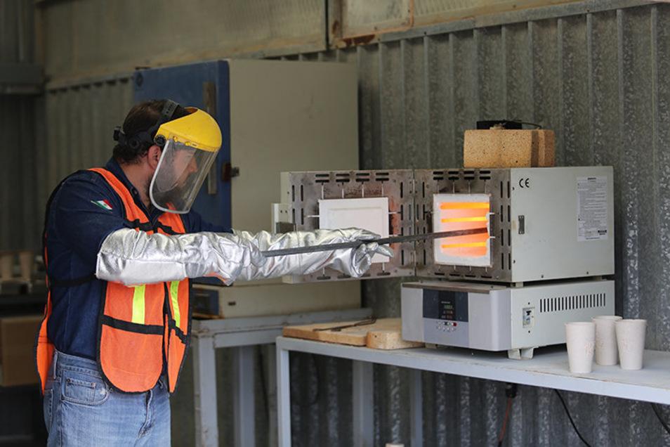 Ein Mitarbeiter bereitet Lithium-Proben zur Analyse vor. Diese Arbeiten können nun für Zinnwald fortgesetzt werden.