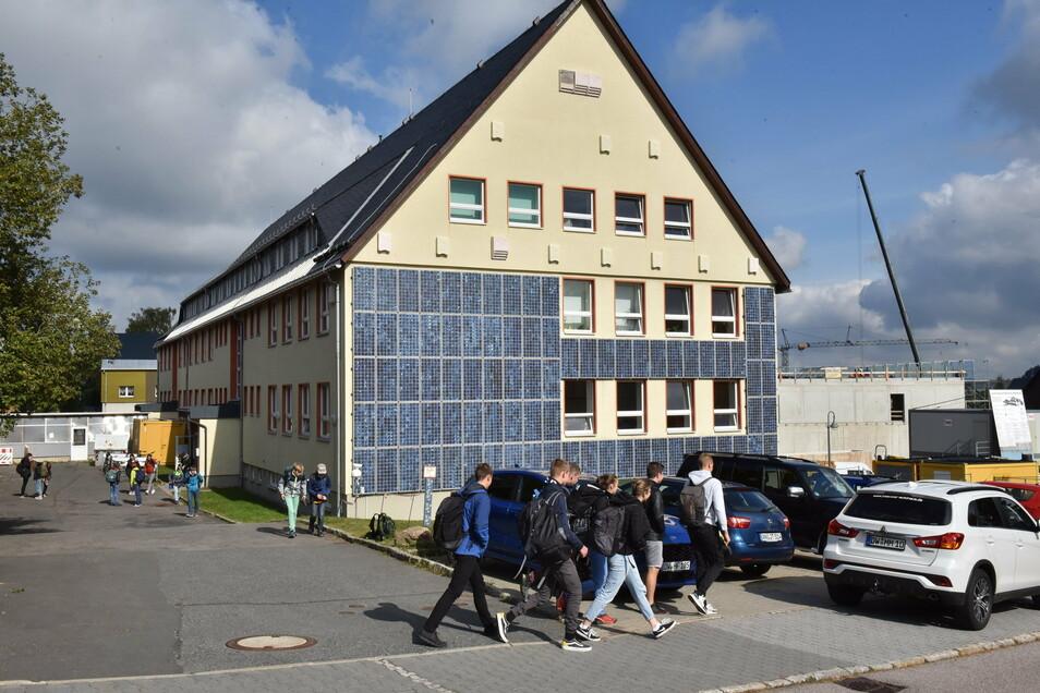 Schüler vor dem Gymnasium in Altenberg, als sie noch einfach so zum Unterricht gehen konnten. Zurzeit ist an der Schule alles anders.
