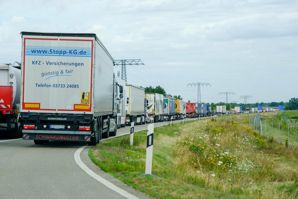 Aus Berlin kommend stauen sich die Lkw in Richtung Radeburg.