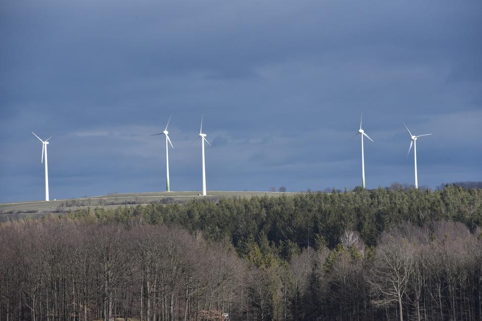 Noch stehen fünf Windkrafträder oberhalb von Hausdorf. Ein Investor will sie austauschen.