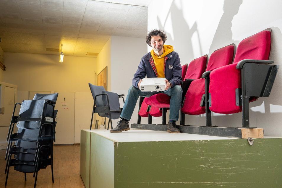 Björn Reinemer hat schon mal mit einem Beamer in einem der Kinosessel aus der Dresdner Schauburg im künftigen Kinoraum Platz genommen. Bald gesellt sich ein Filmprojektor zur Ausstattung des Lichtspielhauses hinzu.