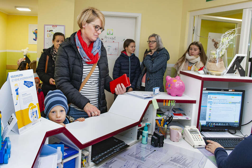 Kleine Patienten wie Mats müssen sich gemeinsam mit ihren Mamas in Geduld üben. Die kinderärztliche Praxis von Dr. Janine Rönisch-Siebert in Großenhain ist bereits kurz vor 8 Uhr rappelvoll.