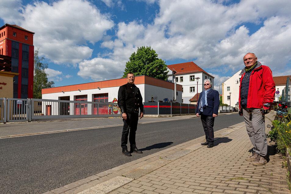 Die Stadträte Klaus Wolframm, Peter Weinholtz und Lothar Brandau vor der Wache in Döhlen, wo auch das neue Depot gebaut werden soll.