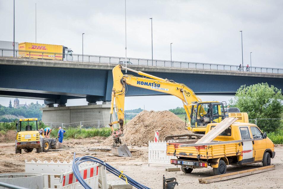 Die Baugrube an der Flügelwegbrücke ist verfüllt. Jetzt wird noch die Fläche wieder hergestellt.