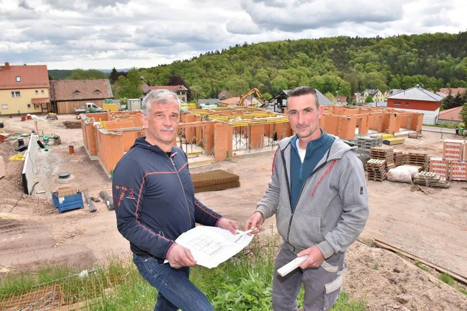 Investor Heiko Dietrich (li.) und Polier René Schumann errichten in Saalhausen ein kleines Wohngebiet.
