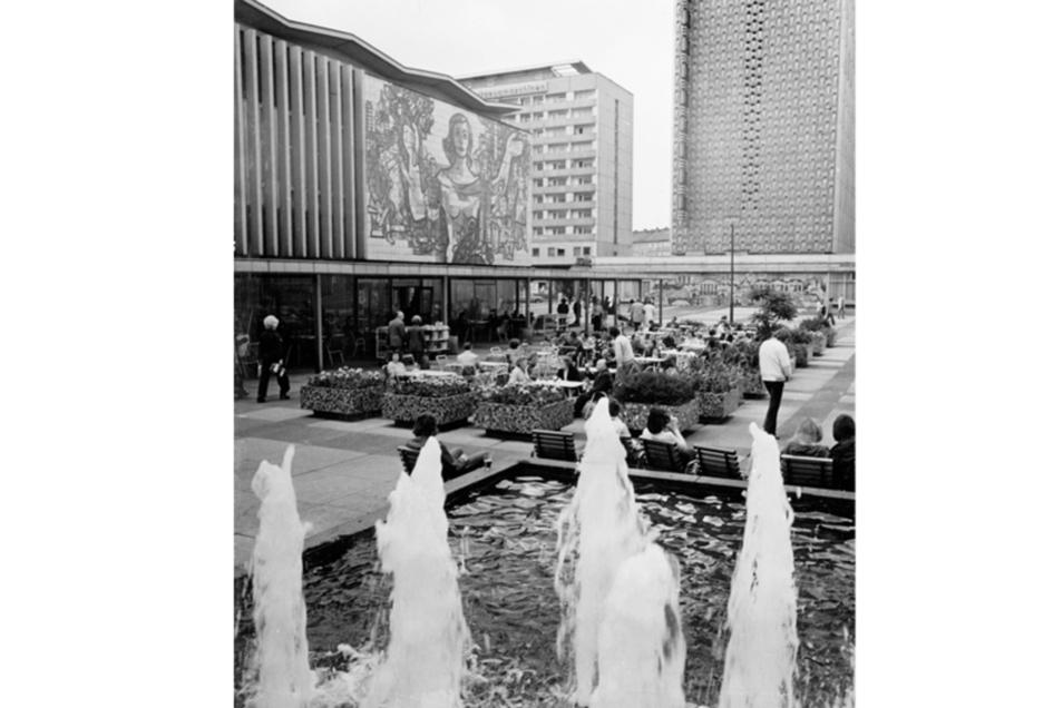 Prager Straße mit Restaurant International 1978.