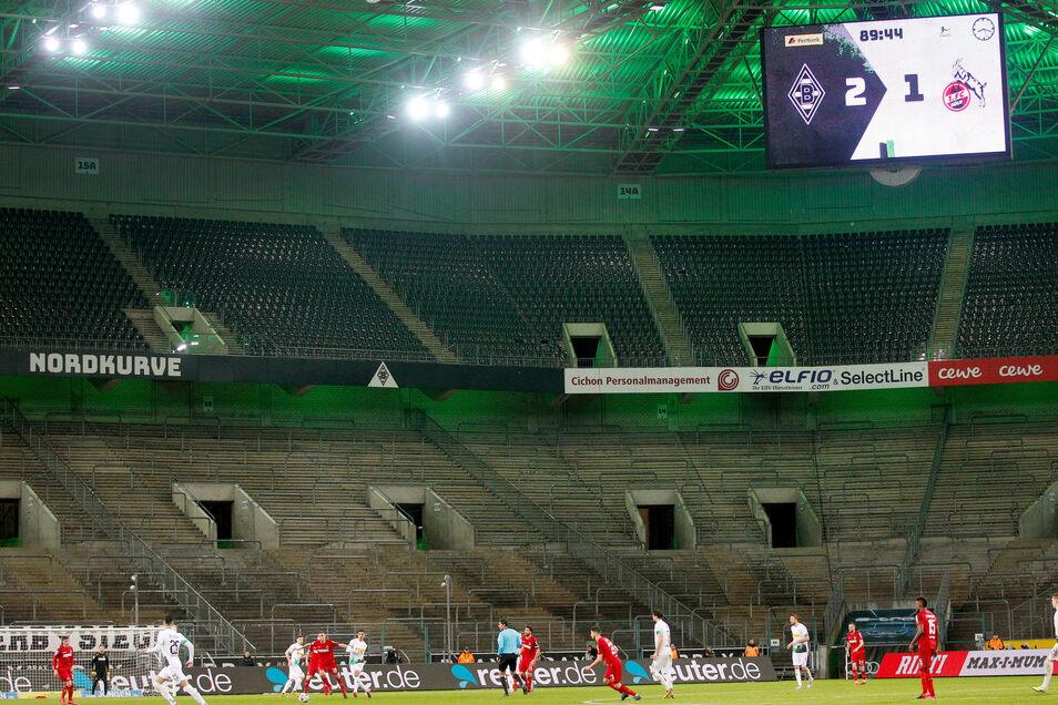 Premiere in der Bundesliga: Am 11. März dieses Jahres, also kurz vor der wegen des Corona-Virus verhängten Zwangspause gewann Borussia Mönchengladbach das Revierderby im leeren Stadion gegen den 1. FC Köln mit 2:1. Seitdem ruht der Ball. Foto: dpa/Roland Weihrauch