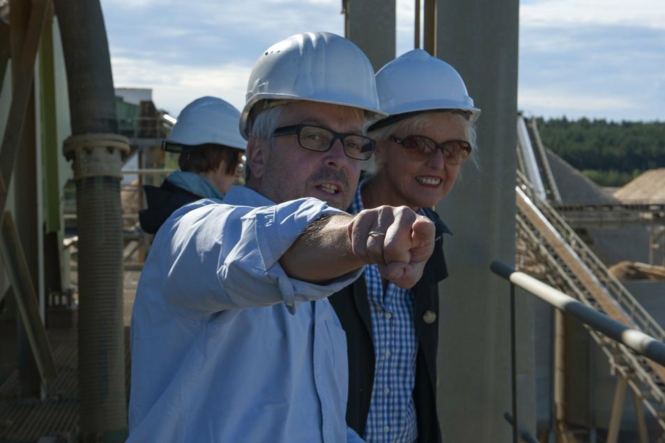 Da hinten liegt die neue Fläche: Geschäftsführer Thomas Gruschka erklärt SZ-Redakteurin Catharina Karlshaus, wo bald Kies und Sand abgebaut werden sollen.